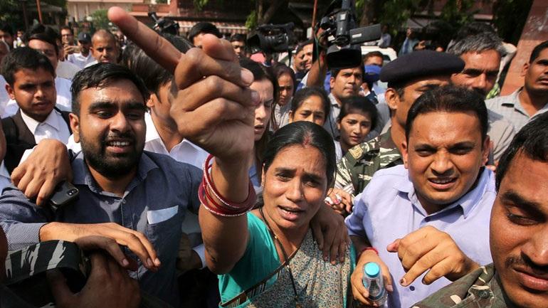 Ινδία: Επικυρώθηκε η θανατική ποινή για τους τέσσερις άνδρες που βίασαν και δολοφόνησαν φοιτήτρια