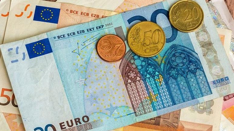 Ανακάμπτει ελαφρώς το ευρώ