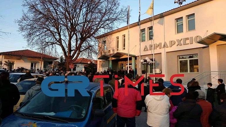 Μακρύγιαλος: Ξεσηκώνονται για τον ξενώνα με τους πρόσφυγες