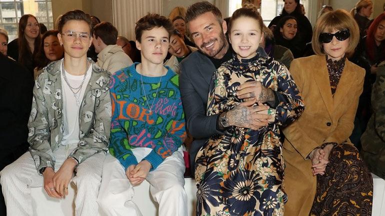H Harper Beckham εμφανίστηκε με το πρώτο της custom made «Victoria Beckham» φόρεμα