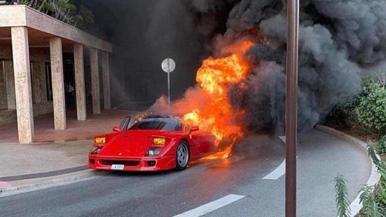 Ferrari «λαμπάδιασε» στη μέση του δρόμου
