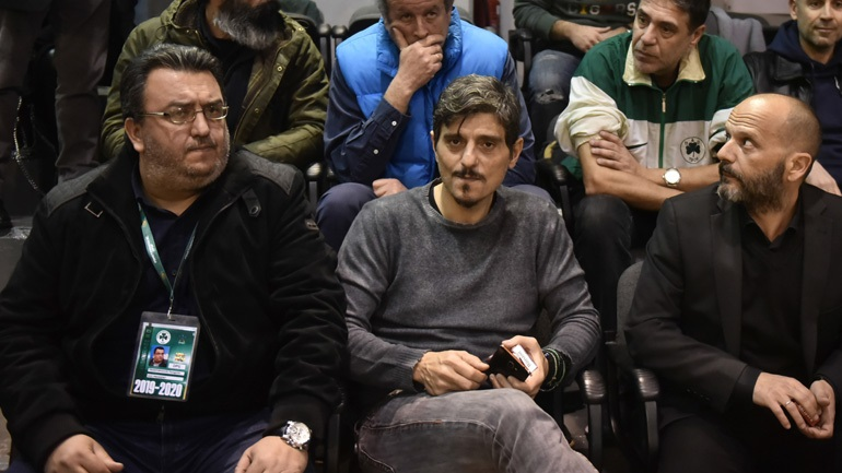 Έξαλλος ο Γιαννακόπουλος με την επίθεση σε φίλο του κατά την απονομή!