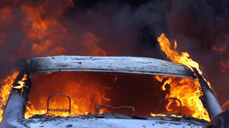 Στις φλόγες δύο αυτοκίνητα στην Καλλιθέα