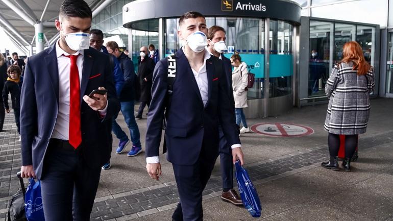Με μάσκες λόγω κορωνοϊού οι παίκτες του Ολυμπιακού στο Λονδίνο