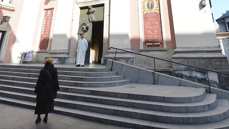 Παπάς στην Πολωνία προσεύχεται με τους πιστούς πόρτα-πόρτα