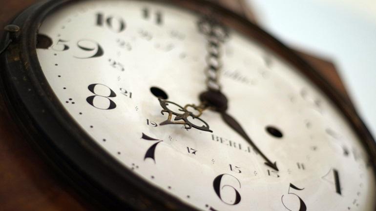 Θερινή ώρα από τα ξημερώματα της Κυριακής: Οι δείκτες των ρολογιών γυρίζουν μία ώρα μπροστά
