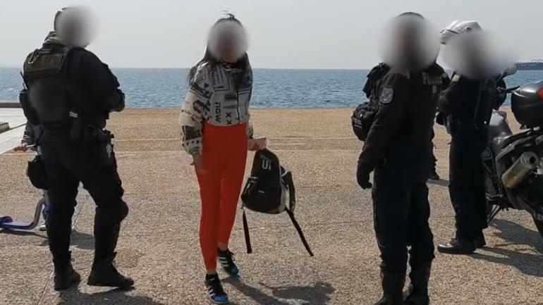 Η αντίδραση Θεσσαλονικιάς όταν αστυνομικοί της ζήτησαν να εγκαταλείψει την Παραλία