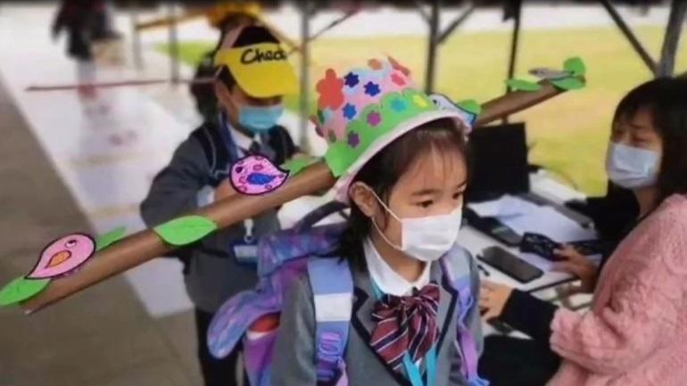 Κίνα: Μαθητές φοράνε καπέλα με «πτερύγια» για να κρατάνε αποστάσεις