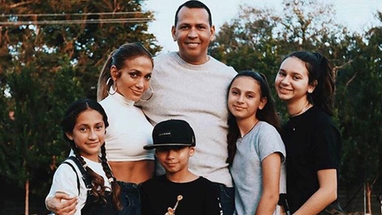 Η οικογενειακή φωτογραφία της Jennifer Lopez για καλό σκοπό!