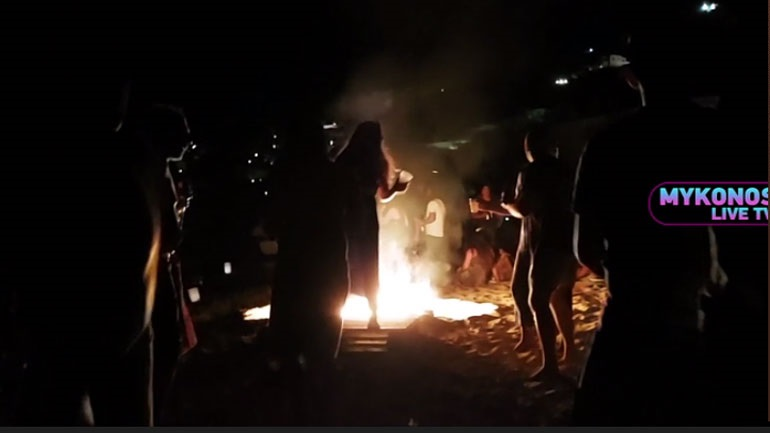 Το... έκαψαν στην Μύκονο παρά τις απαγορεύσεις: Ποτά και φωτιές στην παραλία