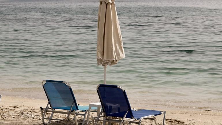 Ατομικό διαχωριστικό και θήκη για το απολυμαντικό: Όσα ζητούν οι λουόμενοι στην παραλία