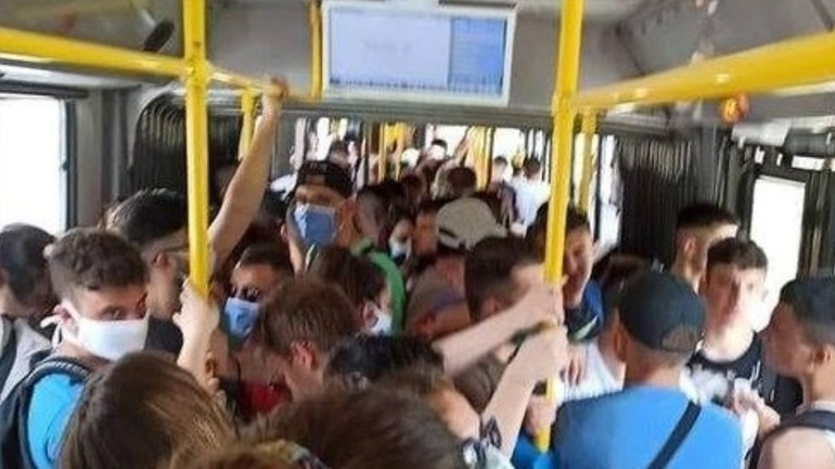 Πώς σχολίασε ο Χαρδαλιάς τον συνωστισμό σε λεωφορείο: «Καλή εικόνα σε παραλίες, Εκκλησίες»