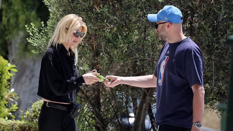 Φαίη Σκορδά - Νίκος Ηλιόπουλος: Βόλτα στη Γλυφάδα για το ερωτευμένο ζευγάρι