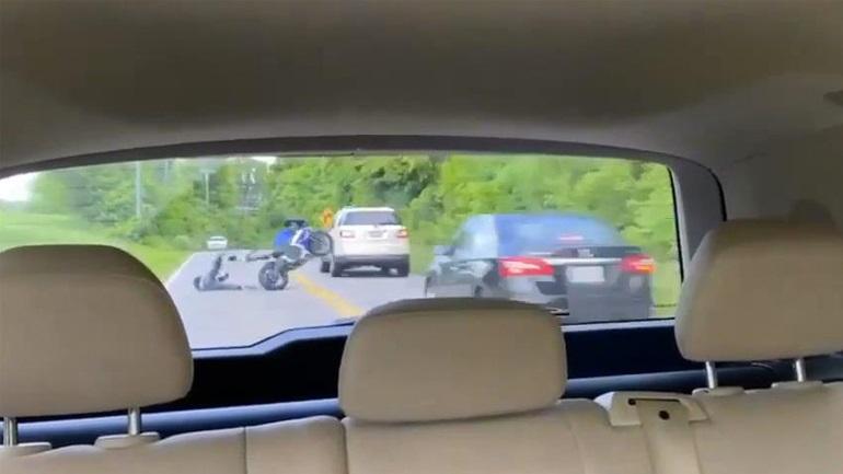 Μοτοσικλετιστής κάνει σούζα και προκαλεί ατύχημα
