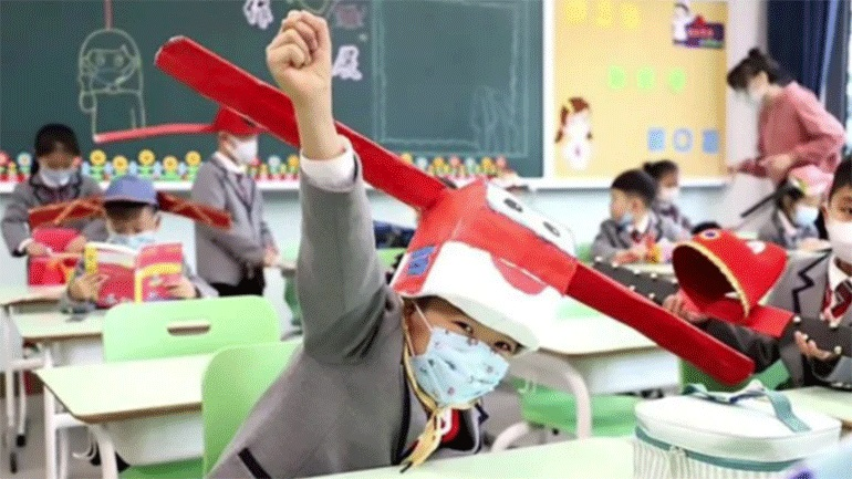 Μαθητές στην Κίνα κατασκευάζουν καπέλα για κοινωνική αποστασιοποίηση