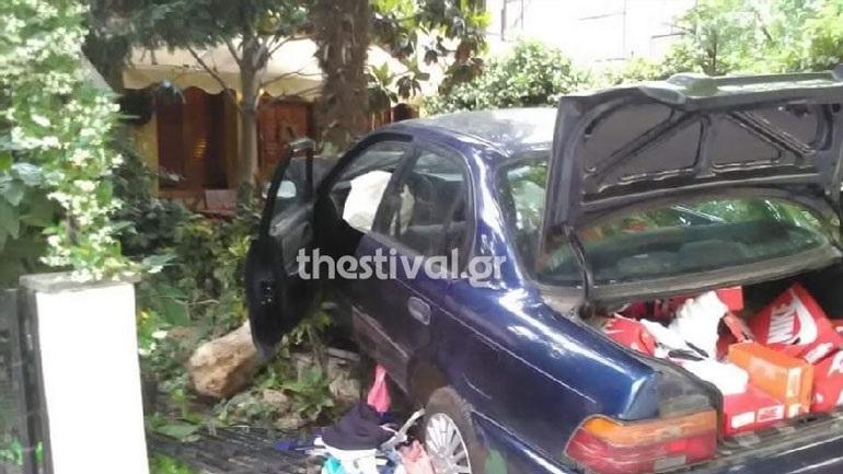 Αυτοκίνητο διαρρηκτών έπεσε σε αυλή οικοδομής μετά από καταδίωξη