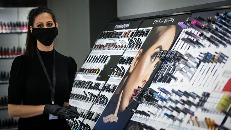 Το Επαγγελματικό Επιμελητήριο Αθηνών μοιράζει 100.000 μάσκες και αντισηπτικά σε καταστήματα