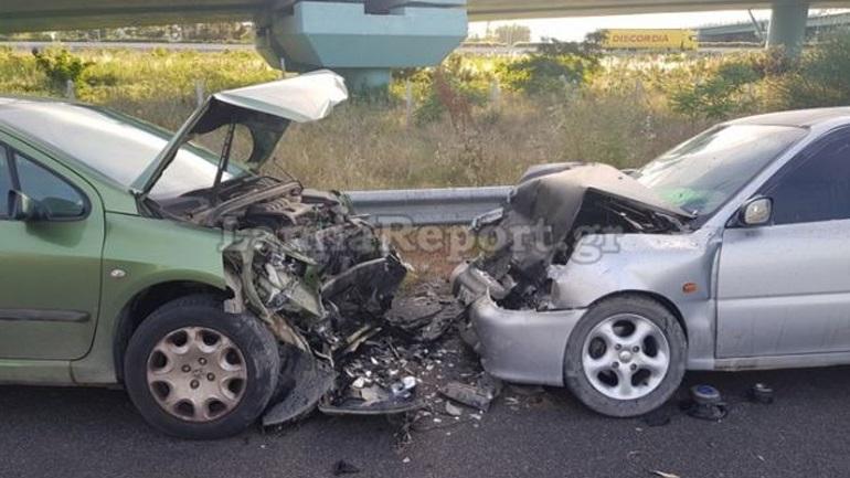 Σφοδρή μετωπική σύγκρουση οχημάτων με τραυματίες στη Λαμία