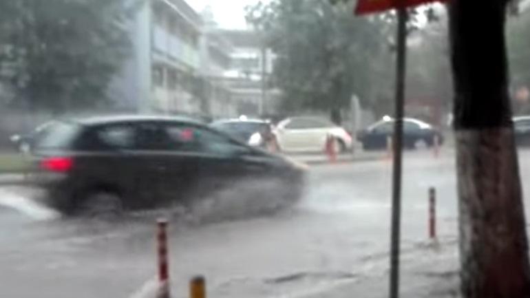Καταρρακτώδης βροχή στη Θεσσαλονίκη - Πλημμύρισαν δρόμοι και υπόγεια