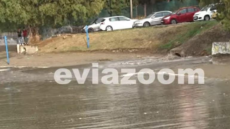 Έγινε «βούρκος» παραλία στη Χαλκίδα - Αγωγός άδειαζε λύματα δίπλα σε λουόμενους