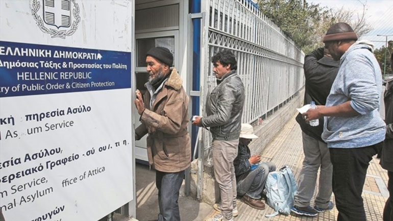 Καλύτερη η εικόνα έξω από την Υπηρεσία Ασύλου σε σχέση με χθες όπου παρατηρήθηκε συνωστισμός