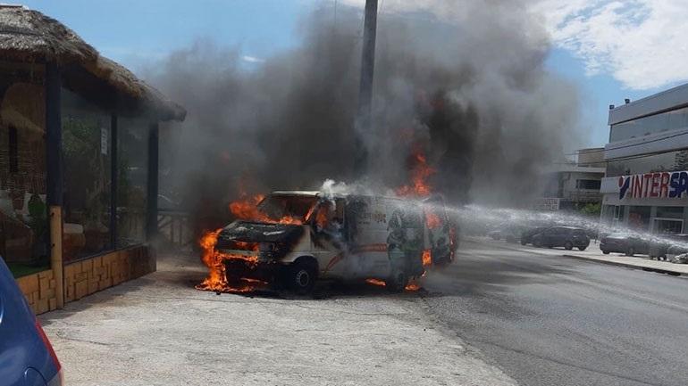 Βάρη: Αυτοκίνητο τυλίχτηκε στις φλόγες