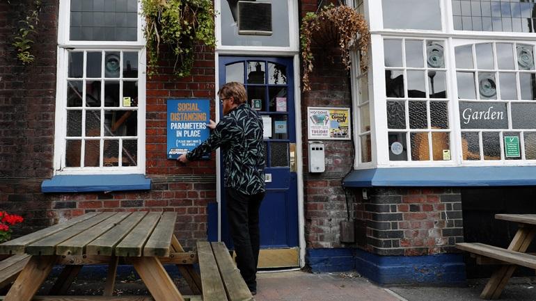 Βρετανία: Επαναλειτουργούν από σήμερα παμπ, ξενοδοχεία, εστιατόρια, κομμωτήρια, κινηματογράφοι και μουσεία