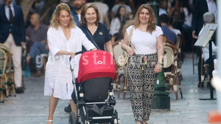 Tζένη Μπότση: Βόλτα στο κέντρο της Αθήνας με τη μητέρα της και την κόρη της