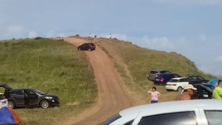 Αυτοκίνητο... χωρίς οδηγό πέφτει σε ομάδα τουριστών