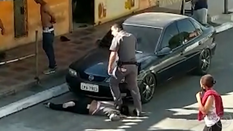 Εικόνες - σοκ: Αστυνομικός ποδοπατά στο λαιμό μαύρη γυναίκα στη Βραζιλία
