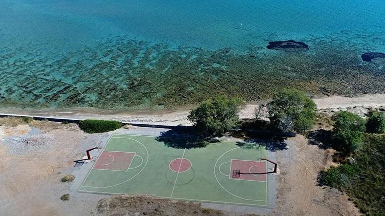 Το πιο εξωτικό γήπεδο μπάσκετ της Ελλάδας βρίσκεται στην Ελαφόνησο