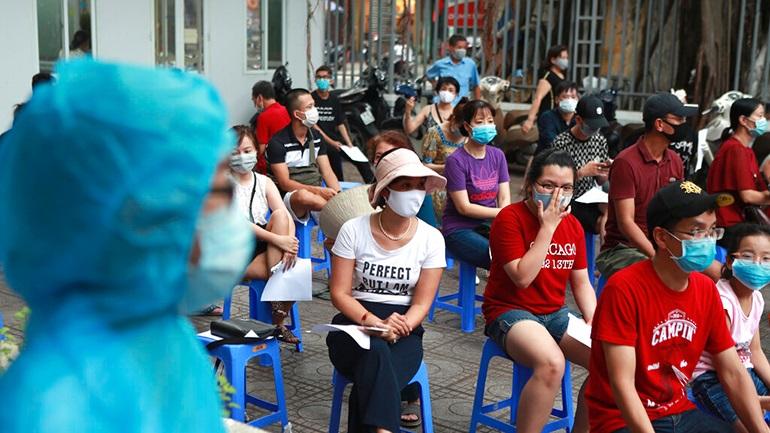 Βιετνάμ: Διαγνωστικά τεστ σε ολόκληρο τον πληθυσμό μίας πόλης καθώς τα κρούσματα εξαπλώνονται