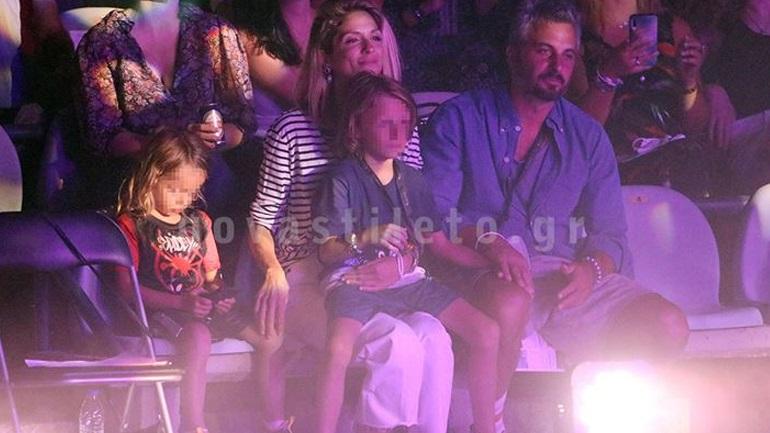 H Σοφία Καρβέλα και ο Θανάσης Πανουργιάς με τους γιους τους στη συναυλία της Άννας Βίσση