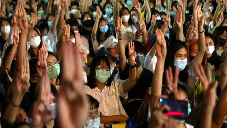 Διαδηλώσεις στην Ταϊλάνδη κατά του βασιλιά που δεν είναι ποτέ εκεί