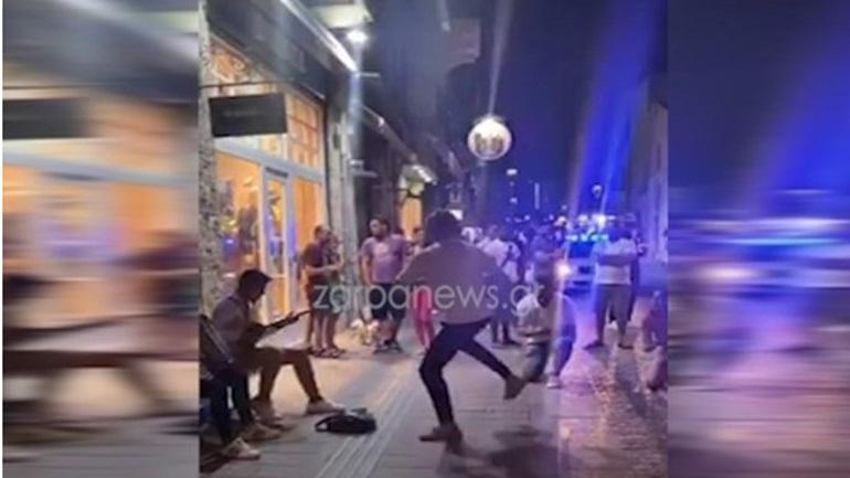 Χανιά: Το ρίχνουν στον... χορό στους δρόμους όταν κλείνουν τα μαγαζιά τα μεσάνυχτα