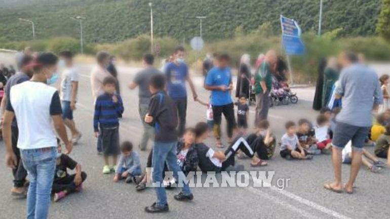 Μετανάστες έκλεισαν τον δρόμο στις Θερμοπύλες