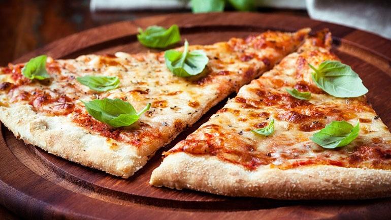 Pizza Margarita για τις καλοκαιρινές νύχτες στο μπαλκόνι