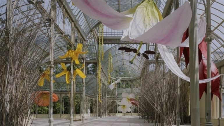 Γιγαντιαία φωλιά με λουλούδια έγινε το Palacio de Cristal στη Μαδρίτη