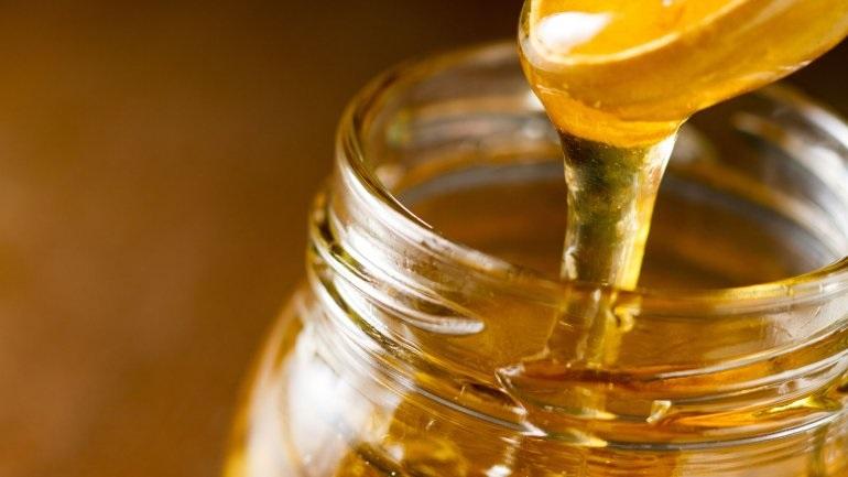 Βοηθά το μέλι στο κρυολόγημα; Τι δείχνουν οι μελέτες