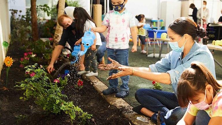 Ο Harry και η Meghan φύτεψαν το αγαπημένο λουλούδι της πριγκίπισσας Diana σε παιδικό σταθμό στο Los Angeles