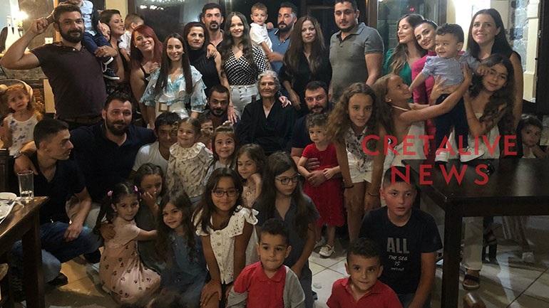 Η γιαγιά Μανούσαινα ζήτησε μια selfie με τα 100 εγγόνια της