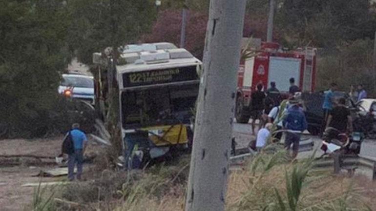 Σοβαρό τροχαίο λεωφορείου με ΙΧ στο Λαγονήσι