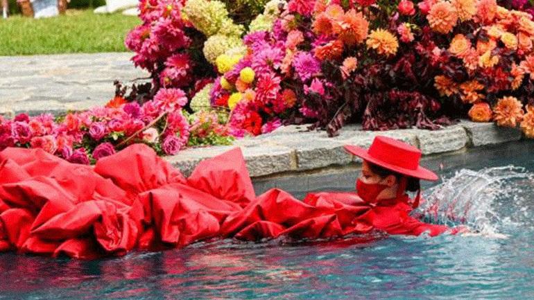 Christian Siriano S/S'21: Η εγκυμονούσα Coco Rocha έκλεισε το show με μια βουτιά στην πισίνα