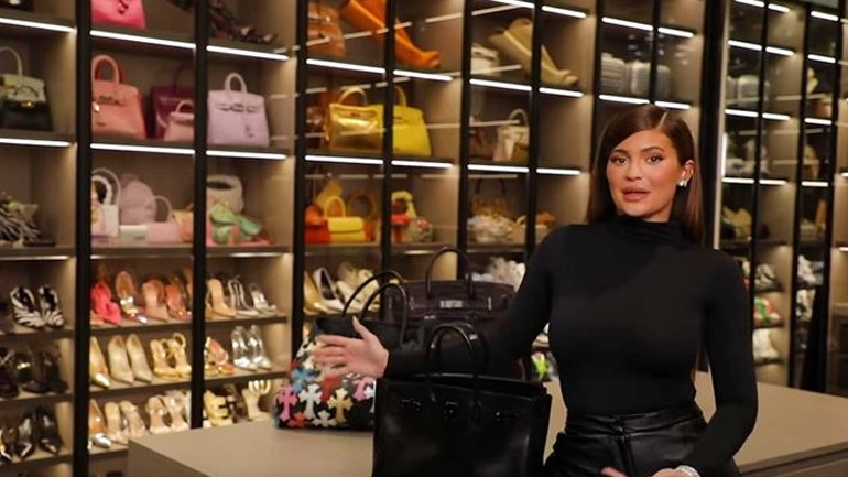 Kylie Jenner: Μας δείχνει τι έχει μέσα στην τσάντα της ως νέα μαμά!