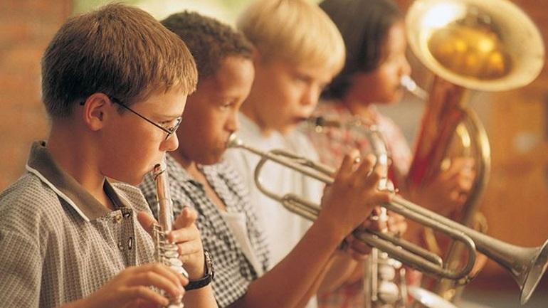 Γιατί είναι καλό τα παιδιά να μάθουν ένα μουσικό όργανο;