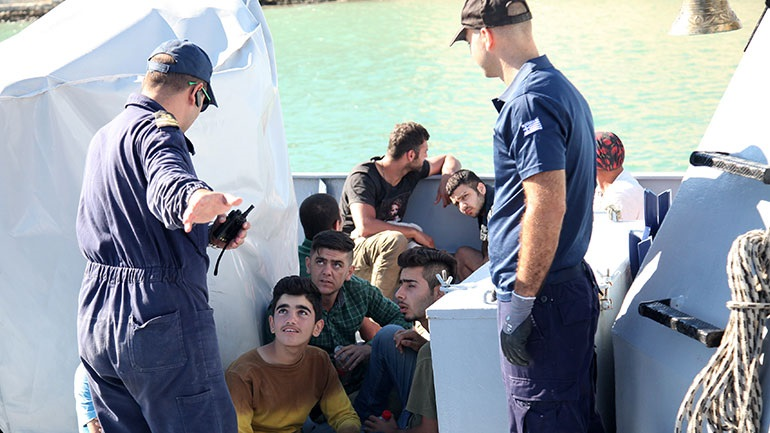 Χανιά: Στο κλειστό κολυμβητήριο Ακρωτηρίου οι μετανάστες που έφτασαν με ιστιοφόρο στη Γαύδο