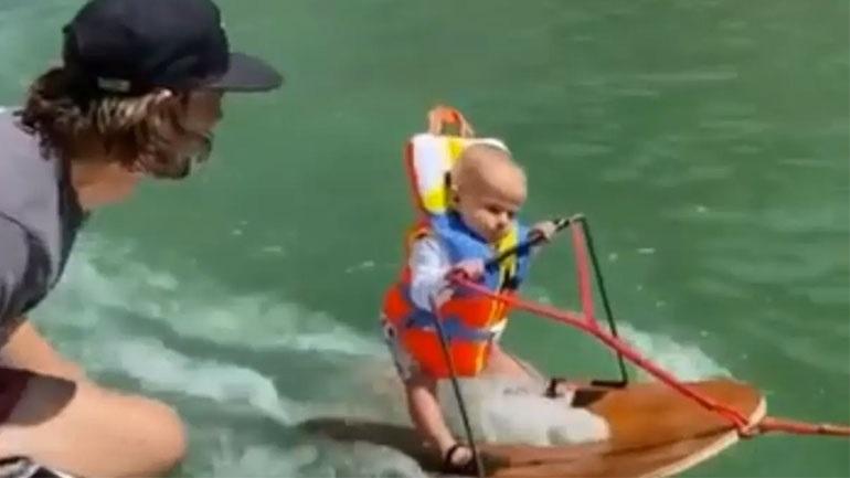 Μωρό 6 μηνών κάνει θαλάσσιο σκι