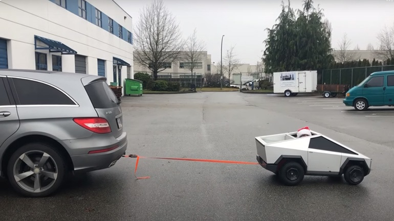 Ένα μίνι Cybertruck ρυμουλκεί ένα Mercedes