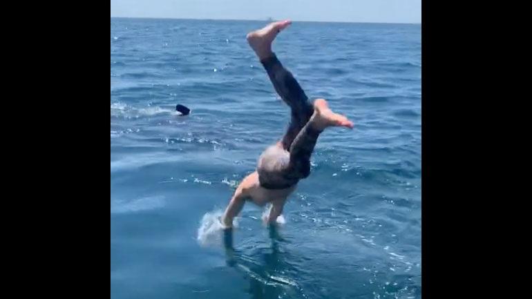 Βούτηξε δίπλα σε καρχαρία