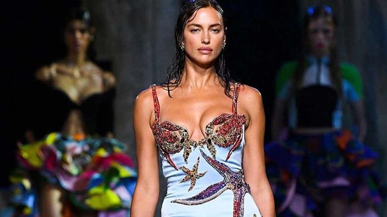 Ο οίκος Versace προτείνει ένα διαφορετικό wet χτένισμα!